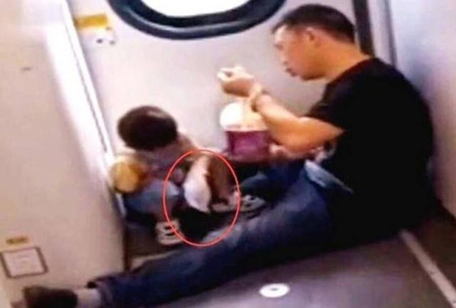 Cậu bé 3 tuổi đòi ăn trên tàu hỏa, hành động sau đó ai cũng gật gù khen là em bé ngoan, được giáo dục tốt-1