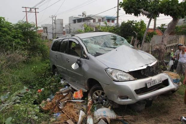 Clip: Tàu hỏa húc văng ô tô ở Phú Yên, nam tài xế thoát chết thần kỳ-1