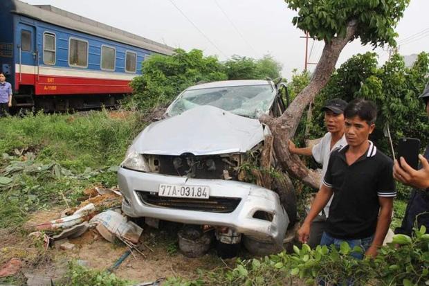 Clip: Tàu hỏa húc văng ô tô ở Phú Yên, nam tài xế thoát chết thần kỳ-2