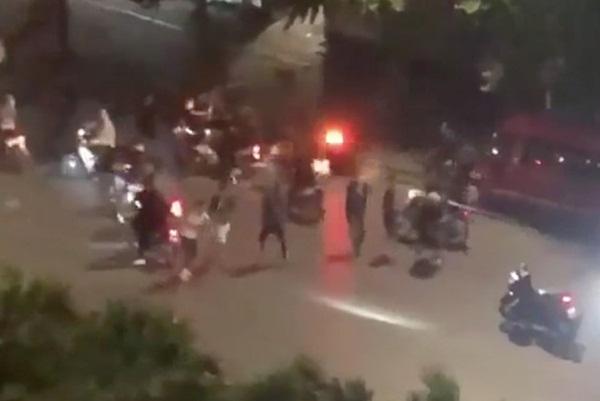 20 thanh niên cầm mã tấu hỗn chiến trên phố Trần Khát Chân-1