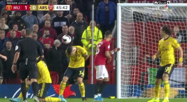 Tân đội trưởng Arsenal bị fan gọi là đồ hèn vì cúi đầu né bóng dẫn đến bàn thua-1