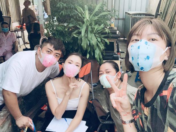 Lộ ảnh hậu trường nặng mùi của Hoa Hồng Trên Ngực Trái, cô Khuê Hồng Diễm than thở: Nức mũi mà vẫn phải vui!-4
