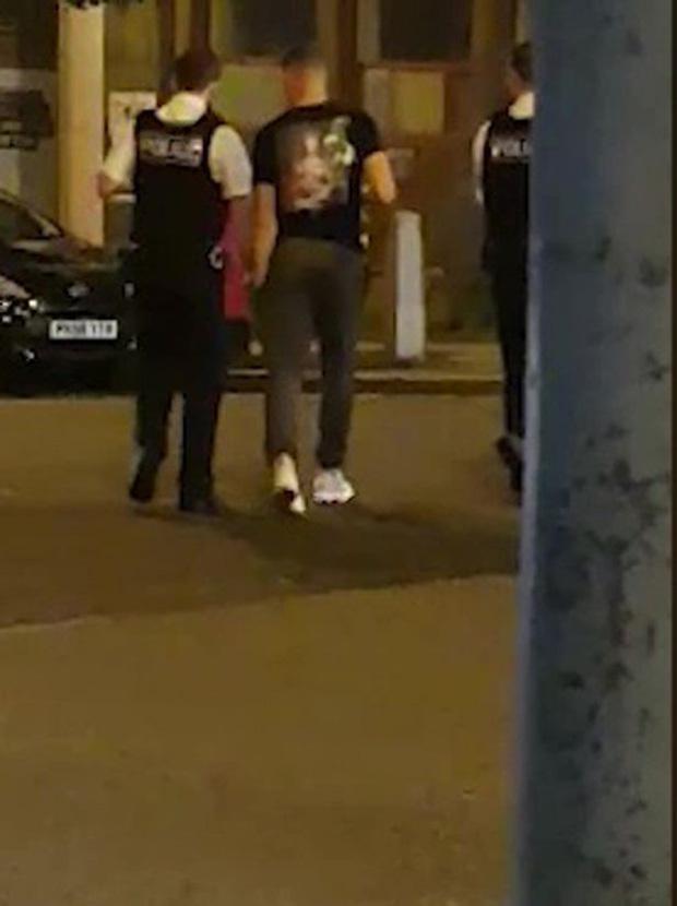 Cầu thủ Chelsea quỵt tiền bất thành, bị cảnh sát hộ tống đến ATM rút tiền trả lái xe taxi-3