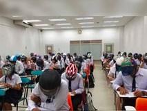 Trường Đại học bất ngờ gây chú ý khi bắt sinh viên đội mũ bảo hiểm vào phòng thi, tìm hiểu lí do ai cũng phải