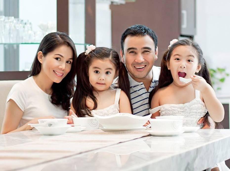 Chuyện dạy con của sao Việt: Hà Hồ, Việt Hương giấu nhẹm vì sợ dư luận soi mói; Quyền Linh cho con ngủ đất, ăn cơm với nước nắm-8