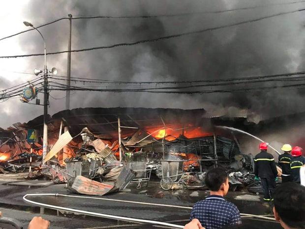 Hàng trăm ki ốt ở chợ Còng ven QL1A bị lửa thiêu rụi-1