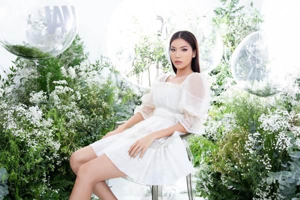 Á hậu Huyền My gợi cảm hết nấc với váy xẻ ngực-9