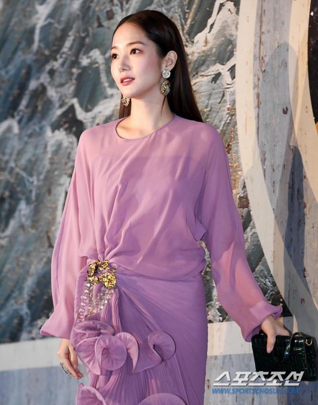 Park Min Young tự tay dìm dáng với đầm bánh bèo màu tím, gương mặt lộ dấu hiệu lão hóa kém sắc giữa dàn mỹ nhân-3
