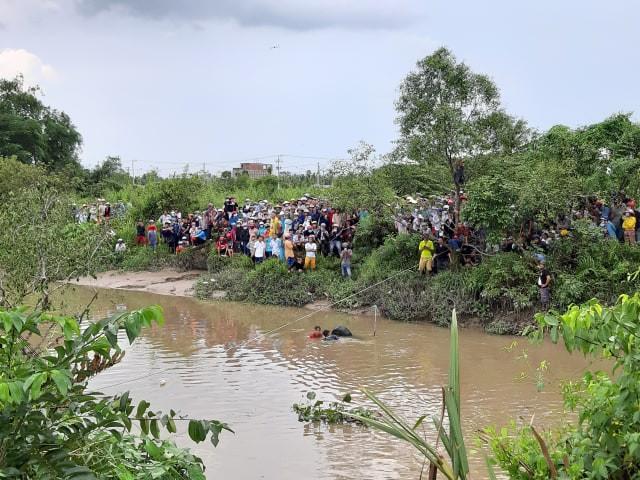 NÓNG: Phát hiện 2 anh em trai cùng người phụ nữ mang thai gần 8 tháng chết ngợp trong Mercedes dưới kênh nước-1