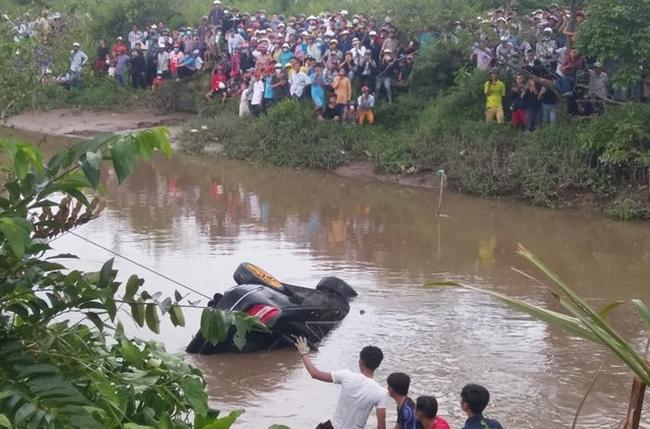 NÓNG: Phát hiện 2 anh em trai cùng người phụ nữ mang thai gần 8 tháng chết ngợp trong Mercedes dưới kênh nước-3