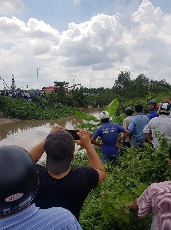 NÓNG: Phát hiện 2 anh em trai cùng người phụ nữ mang thai gần 8 tháng chết ngợp trong Mercedes dưới kênh nước-5