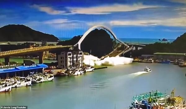 Khoảnh khắc kinh hoàng khi cây cầu dài 140m ở Đài Loan sụp đổ trong tíc tắc, khiến hàng chục người bị thương và mất tích-2