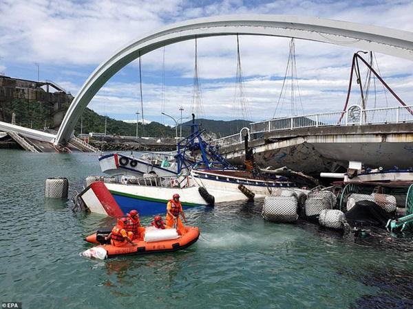Khoảnh khắc kinh hoàng khi cây cầu dài 140m ở Đài Loan sụp đổ trong tíc tắc, khiến hàng chục người bị thương và mất tích-3