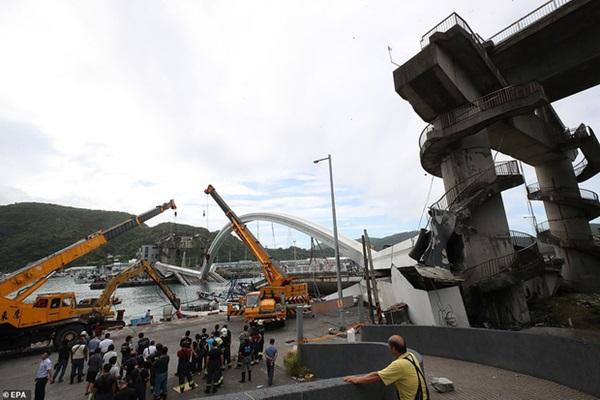 Khoảnh khắc kinh hoàng khi cây cầu dài 140m ở Đài Loan sụp đổ trong tíc tắc, khiến hàng chục người bị thương và mất tích-6