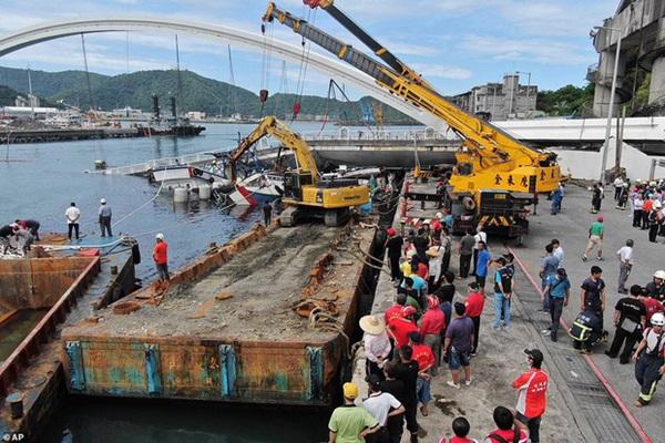 Khoảnh khắc kinh hoàng khi cây cầu dài 140m ở Đài Loan sụp đổ trong tíc tắc, khiến hàng chục người bị thương và mất tích-7