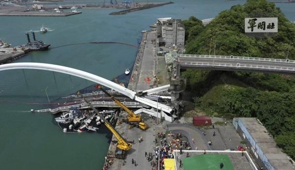 Khoảnh khắc kinh hoàng khi cây cầu dài 140m ở Đài Loan sụp đổ trong tíc tắc, khiến hàng chục người bị thương và mất tích-8