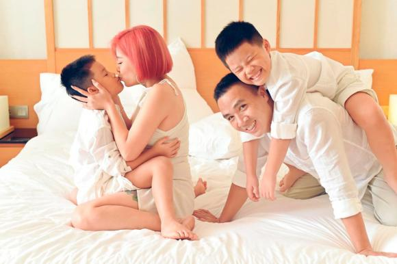 MC Hoàng Linh đăng ảnh gia đình hạnh phúc, dân mạng xuýt xoa trước diễn xuất của cặp song sinh-2