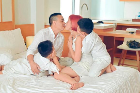 MC Hoàng Linh đăng ảnh gia đình hạnh phúc, dân mạng xuýt xoa trước diễn xuất của cặp song sinh-3
