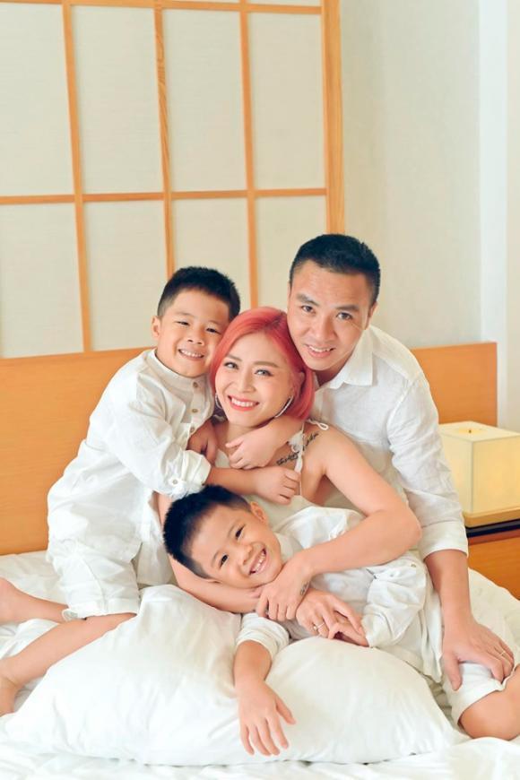 MC Hoàng Linh đăng ảnh gia đình hạnh phúc, dân mạng xuýt xoa trước diễn xuất của cặp song sinh-11