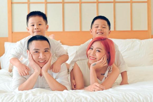 MC Hoàng Linh đăng ảnh gia đình hạnh phúc, dân mạng xuýt xoa trước diễn xuất của cặp song sinh-13