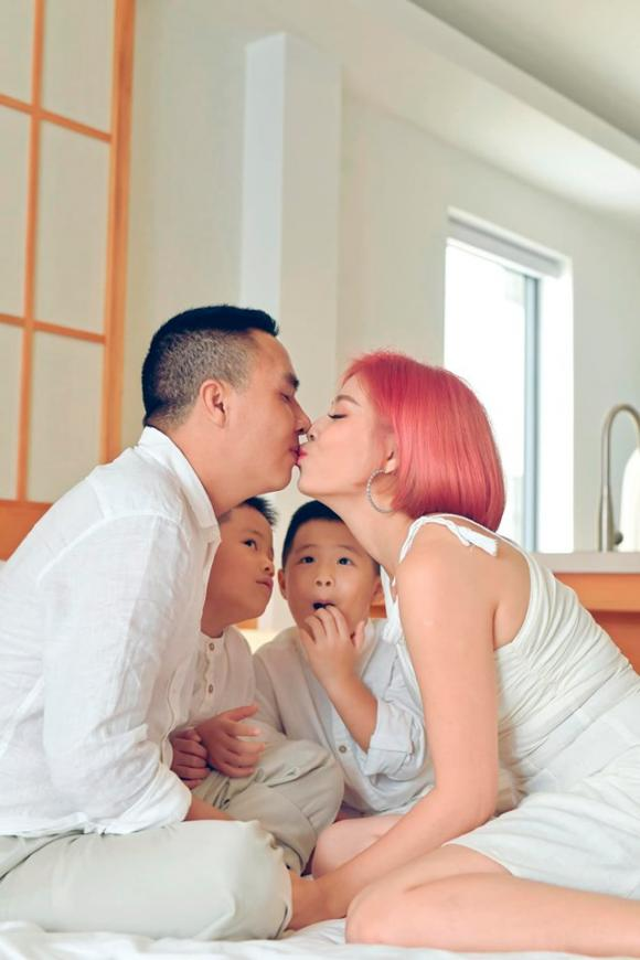 MC Hoàng Linh đăng ảnh gia đình hạnh phúc, dân mạng xuýt xoa trước diễn xuất của cặp song sinh-8