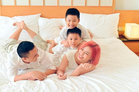 MC Hoàng Linh đăng ảnh gia đình hạnh phúc, dân mạng xuýt xoa trước diễn xuất của cặp song sinh-9