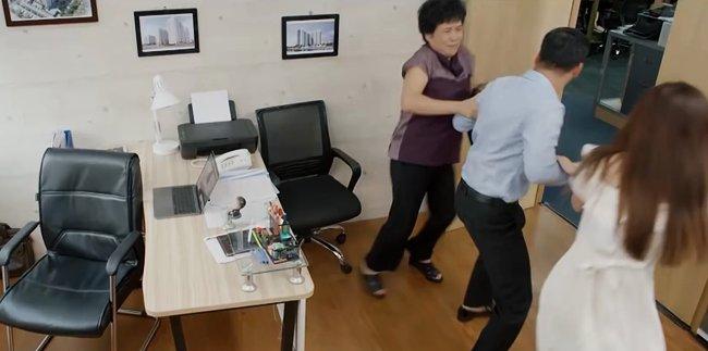 Hoa Hồng Trên Ngực Trái: Mẹ Khuê đánh ghen thay con gái, Trà bị tát không trật phát nào-2