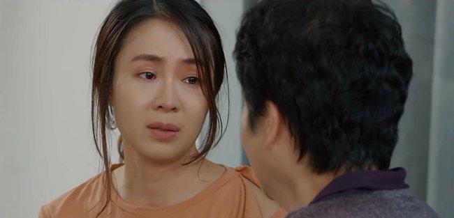 Hoa Hồng Trên Ngực Trái: Mẹ Khuê đánh ghen thay con gái, Trà bị tát không trật phát nào-5