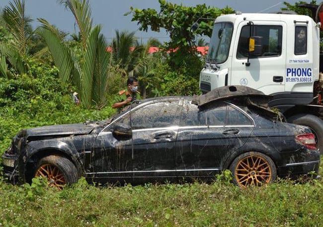 Hé lộ nguyên nhân, danh tính 3 người chết trong xe Mercedes dưới kênh nước ở Tiền Giang-2