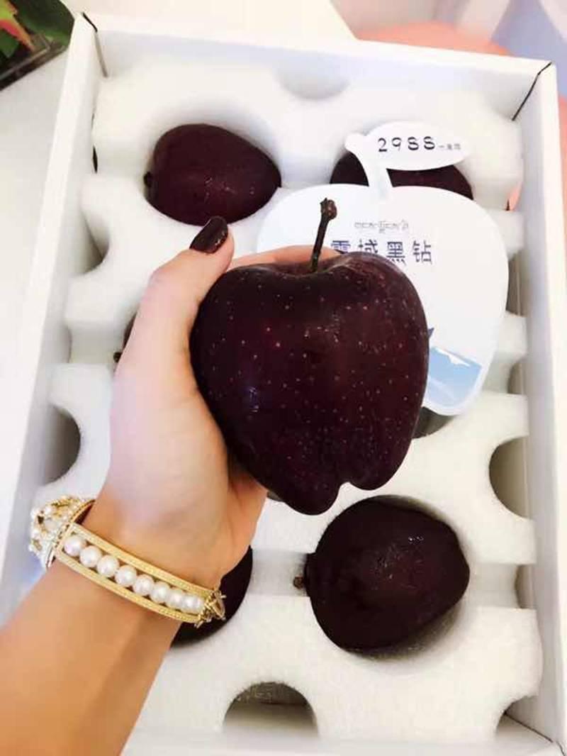 Quả táo đen xì đen xịt độc, lạ, ngon, bổ giá gần nửa triệu mỗi quả-4