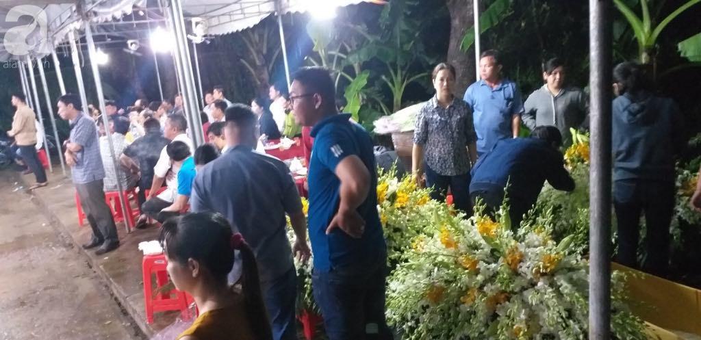 Quặn lòng đám tang 3 người chết trong xe Mercedes dưới kênh nước, người mẹ khóc ngất bên linh cữu các con-4
