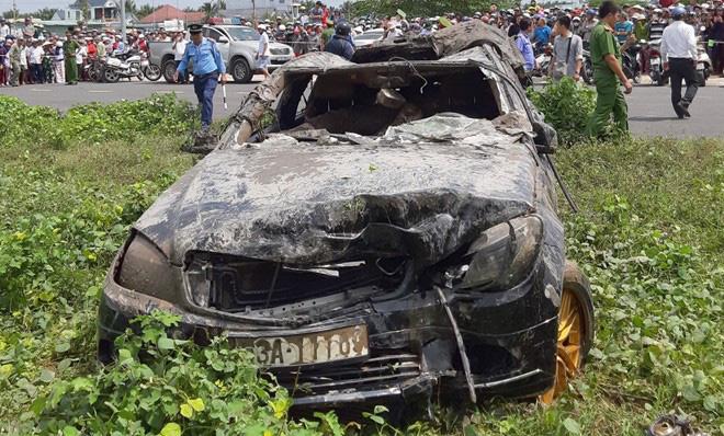 Lời kể người dân gần hiện trường vụ xe Mercedes rơi xuống kênh khiến 3 người tử vong-2