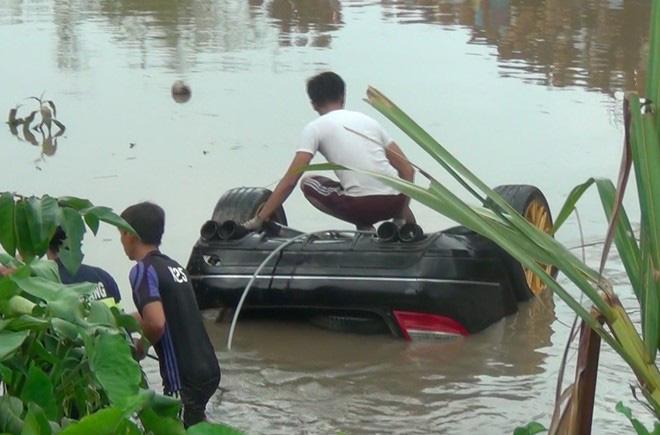 Lời kể người dân gần hiện trường vụ xe Mercedes rơi xuống kênh khiến 3 người tử vong-3