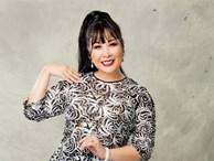 Nghệ sĩ Hồng Vân tóc búi cao trẻ trung làm người mẫu áo dài