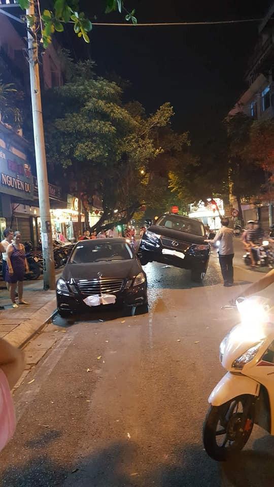 """Xe Lexus gác"""" lên thân Mercedes - hình ảnh vụ tai nạn gây xôn xao trên phố Hà Nội-3"""