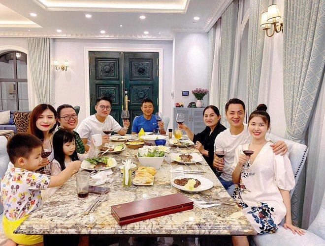 Cả vợ cả chồng nhà Đăng Khôi mải mê nấu ăn nhưng nhân vật cuối cùng cũng gây chú ý-9