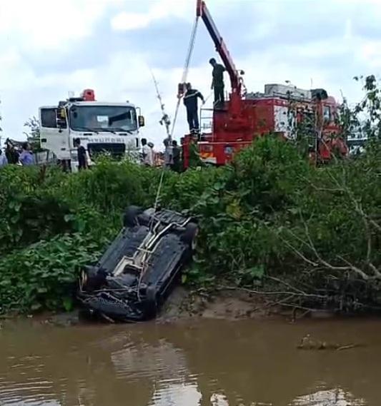 Linh tính kỳ lạ của người mẹ khi tìm 3 người con trong xe Mercedes chìm dưới kênh-3