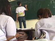 Thầy giáo dạy Hóa bất ngờ trở thành thầy giáo quốc dân vì đi dạy mang áo in bảng tuần hoàn hoá học cho học sinh khỏi quên