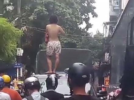 Xôn xao hình ảnh cô gái không mặc áo trèo trên nóc ô tô la hét khiến người đi đường hoảng sợ