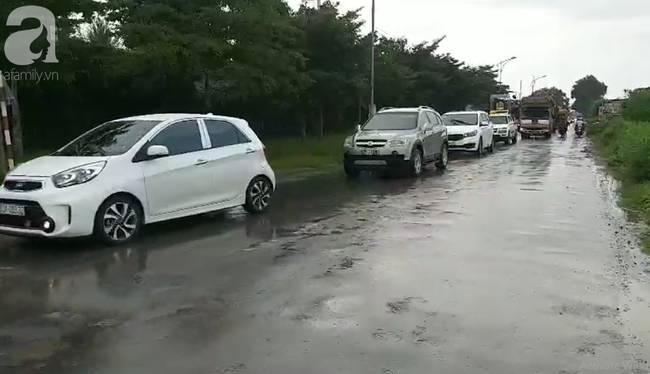 Hình ảnh đau xót: Hàng trăm người đội mưa đưa tiễn 3 người chết trong xe Mercedes dưới kênh nước về nơi an nghỉ cuối cùng-2