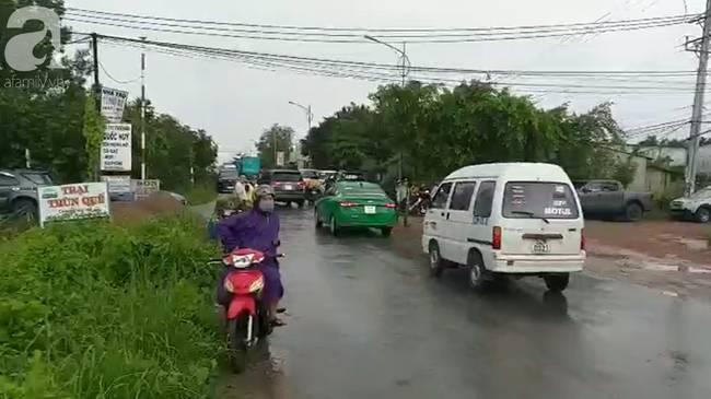 Hình ảnh đau xót: Hàng trăm người đội mưa đưa tiễn 3 người chết trong xe Mercedes dưới kênh nước về nơi an nghỉ cuối cùng-11