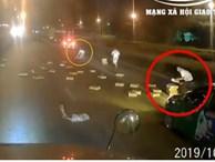 Clip: Xe tải đánh rơi hàng chục thùng mì tôm giữa đường, các tài xế phía sau lập tức tranh nhau 'hôi của'