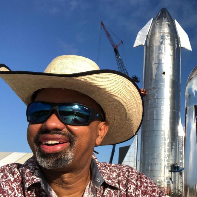 Fan cuồng ngồi tù vì selfie với tên lửa của Elon Musk-1