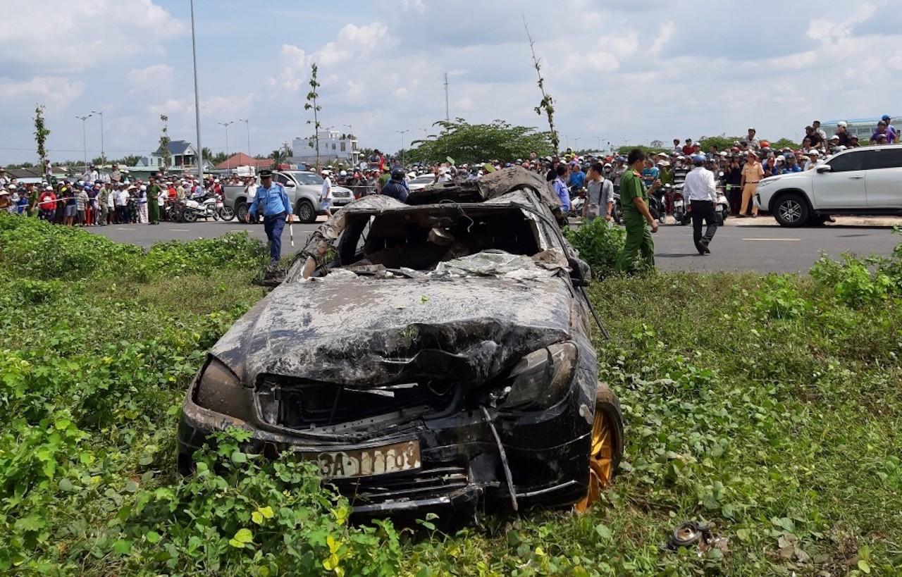 Vụ xe Mercedes lao xuống kênh, 3 người tử vong: Những dấu vết đáng sợ tại hiện trường-1