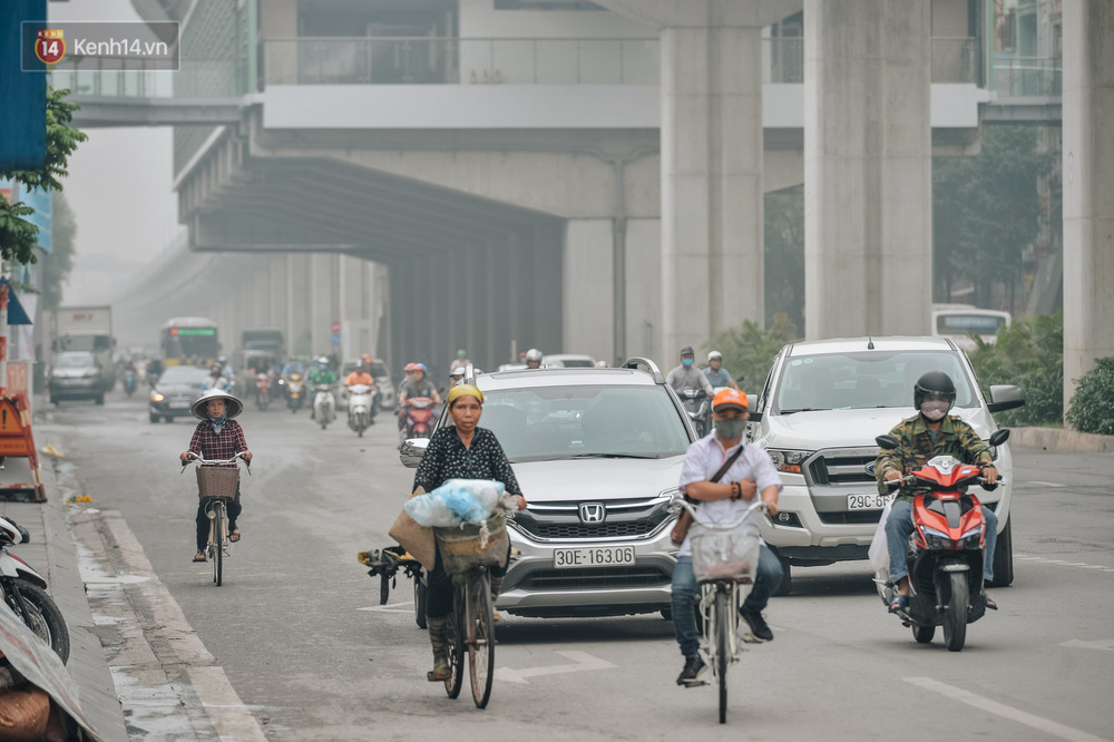 Chùm ảnh: Một ngày sau cơn mưa vàng, đường phố Hà Nội lại chìm trong bụi mù-10