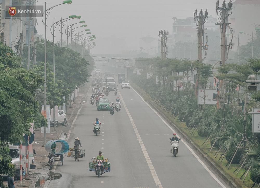 Chùm ảnh: Một ngày sau cơn mưa vàng, đường phố Hà Nội lại chìm trong bụi mù-11