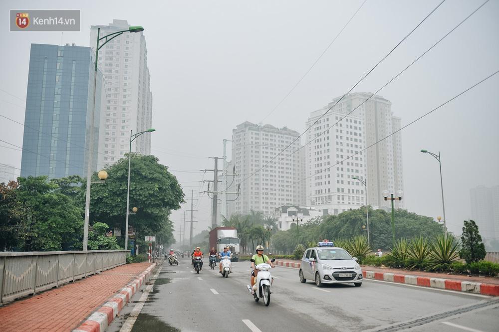 Chùm ảnh: Một ngày sau cơn mưa vàng, đường phố Hà Nội lại chìm trong bụi mù-4