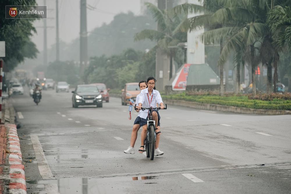 Chùm ảnh: Một ngày sau cơn mưa vàng, đường phố Hà Nội lại chìm trong bụi mù-5