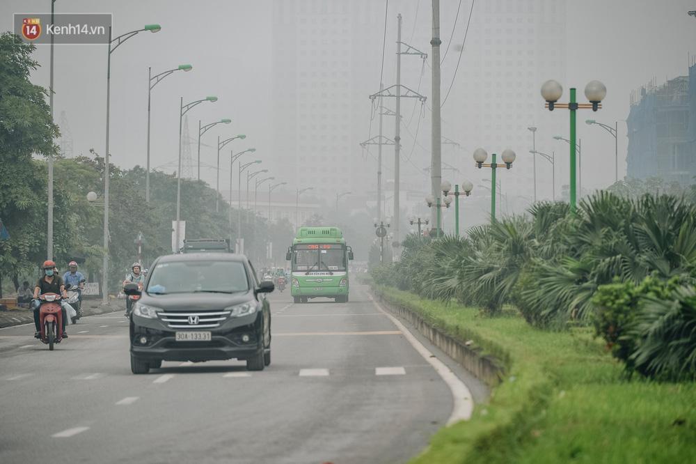 Chùm ảnh: Một ngày sau cơn mưa vàng, đường phố Hà Nội lại chìm trong bụi mù-6