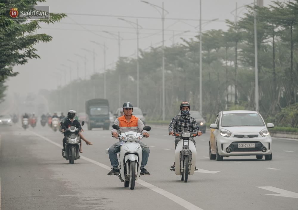 Chùm ảnh: Một ngày sau cơn mưa vàng, đường phố Hà Nội lại chìm trong bụi mù-7